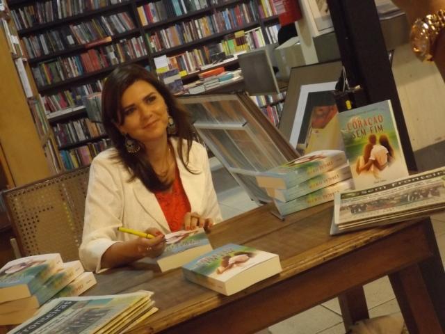 lançamento Coração sem Fim Larissa Lucio de Carvalho a autora